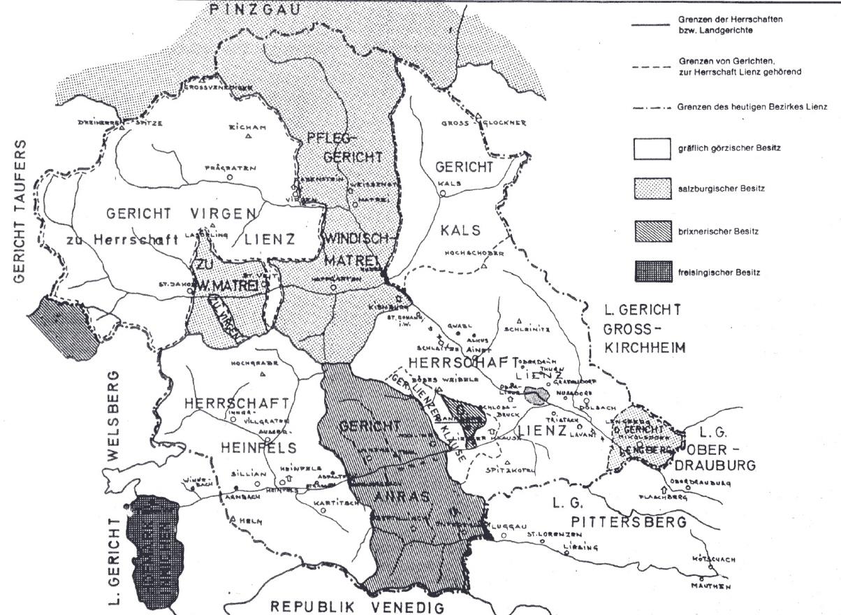 """Die wichtigste territoriale Organisationseinheit in Tirol waren die Gerichte. Tristach gehörte zum görzerischen, ab 1500 tirolerischen Landgericht Lienz. """"Fremde"""" Einsprengsel im heutigen Osttirol waren die salzburgischen Gerichte Windisch-Matrei und Lengberg und das brixnerische Gericht Anras (mit Bannberg)"""